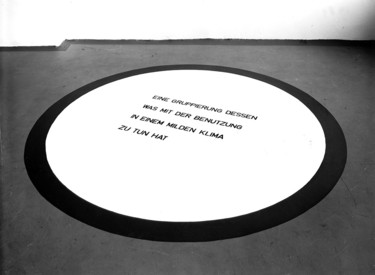 Laurence Weiner, A GROUPING OF THAT WHICH IS CONNECTED WITH USE IN A TEMPERATE CLIMATE. EINE GRUPPIERUNG DESSEN, WAS MIT DER BENUTZUNG IN EINEM GEMÄßIGTEN KLIMA ZU TUN HAT, 1981